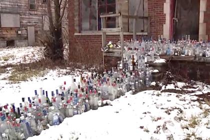 Память умерших почтили сотнями пустых бутылок