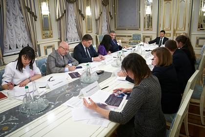 Зеленский призвал создать программу украинизации молодежи Донбасса