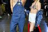 Обычно героинями откровенных фото становятся сестры Кардашьян-Дженнер: взять хотя бы кампанию Calvin Klein, где все семейство рекламировало джинсы и нижнее белье. Блогер Бенито Скиннер и модель Эмили Малиновски решили продолжить традицию и появились на показе Kim Shui в похожей комбинации: Скиннера запечатлели в комбинезоне на голое тело, а Малиновски в мини-юбке и бюстгальтере с нашивками в виде цветов и бабочек. Отдельного внимания заслуживают их парики и яркий клоунский макияж.