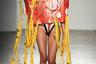 При виде этого снимка невозможно абстрагироваться от мыслей о китайском рамене. Модель бренда Namilia буквально пронесла на себе бумажную конструкцию с выпадающими из нее полосками желтой ткани, напоминающими лапшу. На сайте марки, одним из основателей которой является китаец Нань Ли, говорится, что «одежда — это платформа для выражения их верований и ценностей». Видимо, создатели коллекции поклоняются лапше настолько, что посвятили ей целый образ.