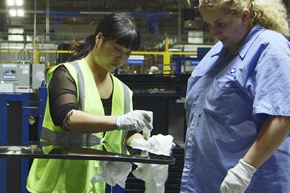 Фильм о китайском заводе в Америке получил поддержку Обамы и «Оскар». Что с ним не так?