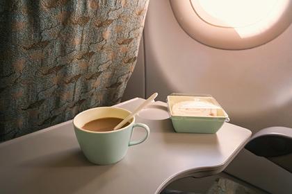 Стюардесса раскрыла опасность кофе и чая на борту самолета