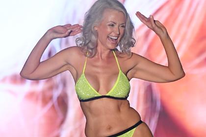 56-летняя женщина прошлась в бикини по подиуму вместе с 20-летними и отличилась