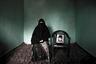 На фотографии — Насима Ахтар, жительница небольшого города на севере Индии в штате Джамму и Кашмир. В 2000 году, когда ей было 18 лет, неизвестные люди увели ее мужа. С тех пор она больше никогда его не видела.   <br><br> Американский фотограф китайского происхождения Вэй Тан (Wei Tan) показал жизнь кашмирских «полувдов» — женщин, которые не знают, живы ли их мужья, — в проекте «Ожидая в чистилище» (Waiting in Limbo: Kashmir's Half-widows). С 2011-го он как фотожурналист-фрилансер часто работает на юге Азии, благодаря чему стал воспринимать фотографию как возможность рассказать о социальных проблемах.