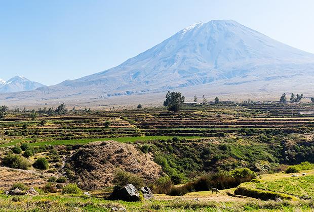 Вулкан Мисти неподалеку от города Арекипа