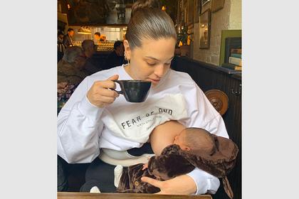 Популярная плюс-сайз модель покормила ребенка грудью на камеру