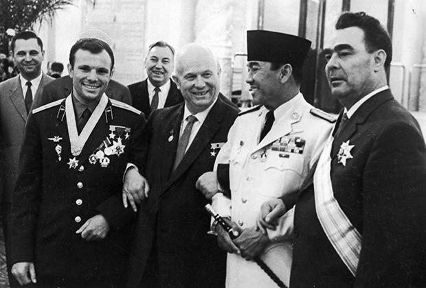 Леонид Брежнев, Никита Хрущев и Юрий Гагарин на встрече с Сукарно, 1961 год
