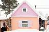 «Северные дома все же выглядят очень специфически конфетно», — комментирует фотограф. Цвета на снимках не подвергались ретушированию, а снег помог отсечь все лишнее, акцентируя внимание на самих строениях.