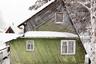 """Савинцев пытался найти столь необычные домики и в других регионах страны, но <a href=""""https://strelkamag.com/ru/article/yarkie-domiki-na-fone-snega-posmotrite-na-fotoproekt-pro-dachnuyu-estetiku-fyodora-savinceva"""" target=""""_blank"""">пришел к выводу</a>, что такие нестандартные цвета и формы оказались характерны только для северных широт. «Я не могу точно дать обоснование именно северному колориту, но есть предположение, что такая сохранность идет от любви к традициям: все же архангельцы стараются сохранять свою культуру. Ну а красочность, возможно, — это отголоски глубинных элементов, взять, например, ту же мезенскую роспись», — говорит фотограф."""