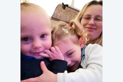 Двухлетняя дочь спасла мать от смерти с помощью Facebook