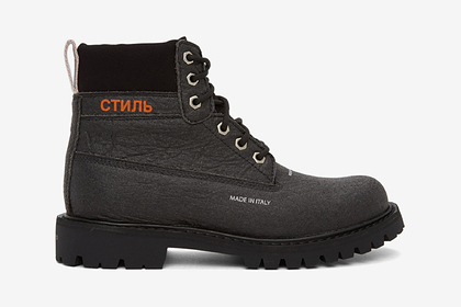 Американский дизайнер выпустил обувь с надписями на русском языке