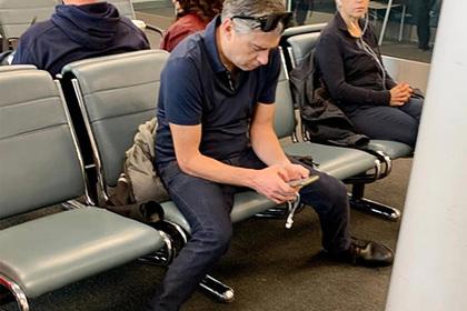 Пассажир аэропорта широко раздвинул ноги в зале ожидания и смутил окружающих