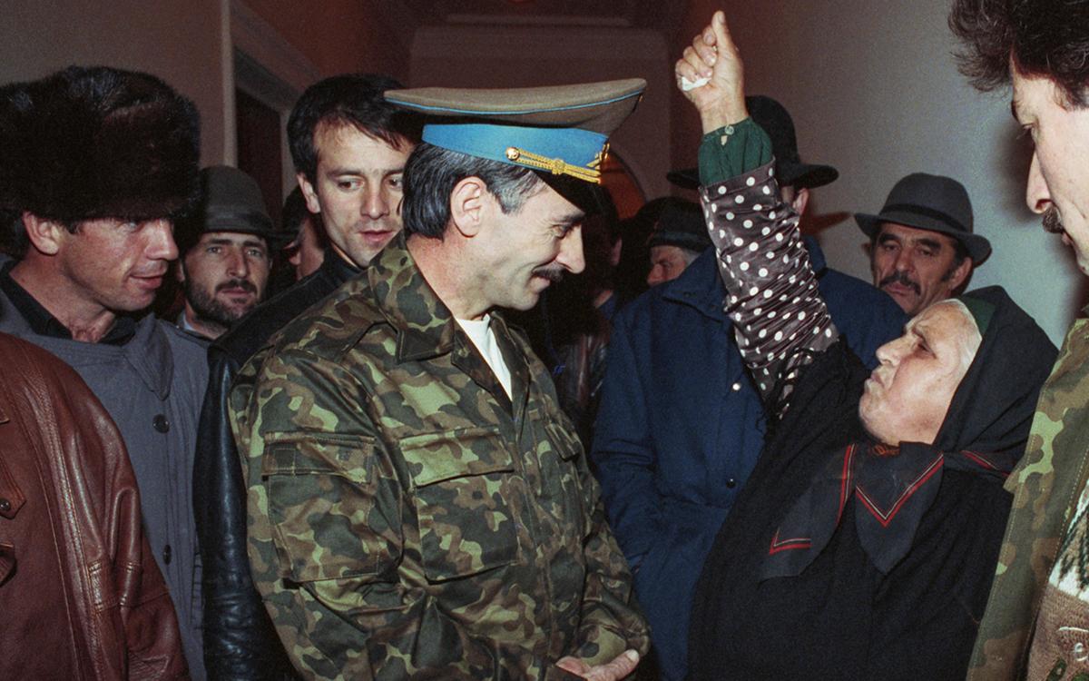 Президент Чеченской республики Джохар Дудаев во время приема граждан, 1991 год