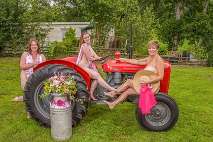 Голые любительницы отдыха на колесах снялись для благотворительного календаря