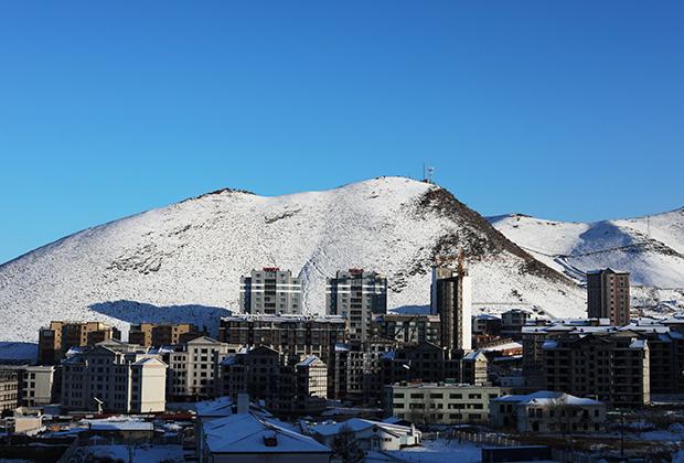 Вид на новый жилой район с холма Зайсан-толгой в Улан-Баторе