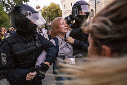 Избиение россиянки полицейским объяснили ее эмоциональностью