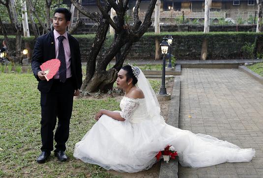 Однополая пара перед церемонией бракосочетания на Филиппинах