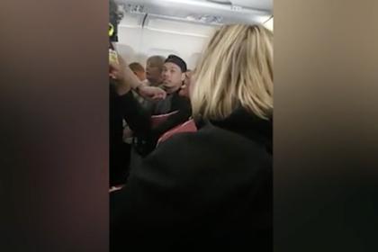 Пьяные женщины подрались на борту самолета и заставили стюардесс их разнимать
