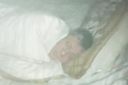 Спящий россиянин отказался покидать постель во время пожара и попал на видео