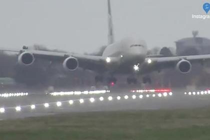 Посадка пассажирского самолета боком во время мощного урагана попала на видео