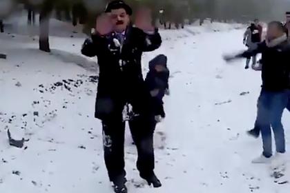 В Ираке ведущего закидали снежками во время эфира