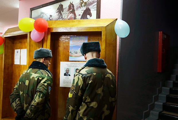 Белорусские военные дежурят на избирательном участке, 17 ноября 2019 года