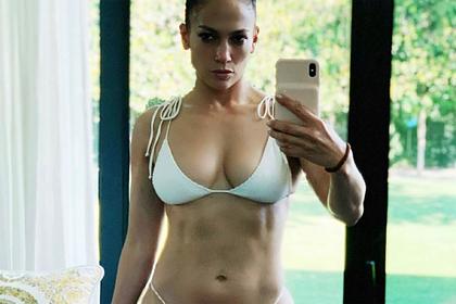 Дженнифер Лопес поделилась фото в купальнике и восхитила поклонников