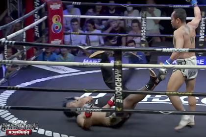 Судья упал плашмя вместе с отправленным в нокаут боксером