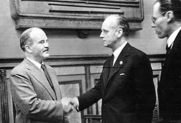 Вячеслав Молотов и Иоахим фон Риббентроп после подписания советско-германского договора о дружбе и границе между СССР и Германией 28 сентября 1939 года