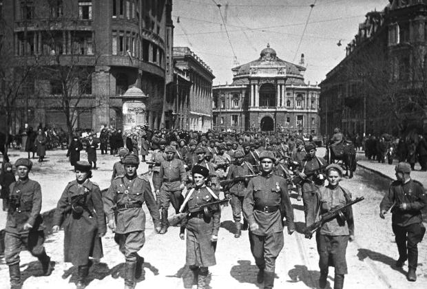 Солдаты 3-го Украинского фронта маршируют по улицам Одессы после освобождения города в апреле 1944 года