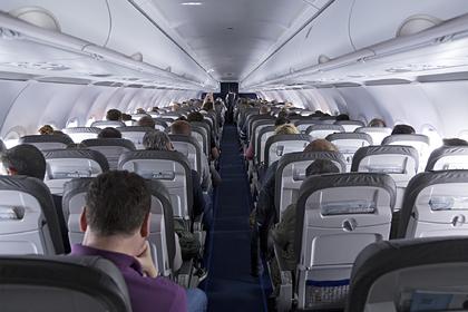 Россиянка нашла пакет с деньгами в туалете на борту самолета