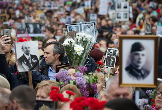 Участники акции «Бессмертный полк» в Киеве, посвященной 74-й годовщине Победы в Великой Отечественной войне