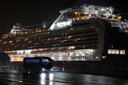 Число зараженых на круизном лайнере в Японии выросло почти на сотню
