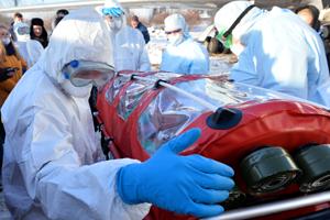 Медицинские работники во время учений по проведению медицинской эвакуации пациентов с симптомами коронавируса