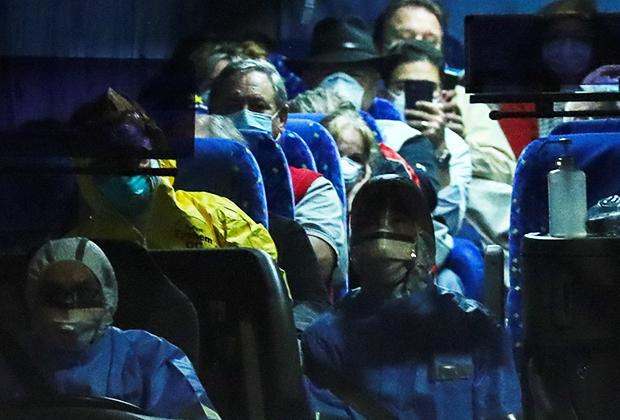 Автобус вывозит граждан США с круизного лайнера Diamond Princess 17 февраля