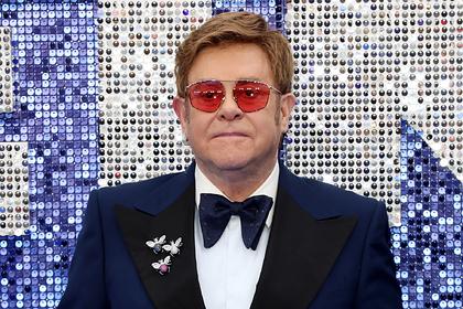 Потерявшего голос Элтона Джона под руки увели со сцены на концерте
