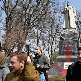 Памятник генералу Николаю Ватутину в Киеве, облитый красной краской представителями националистической организации «С14». Архивное фото