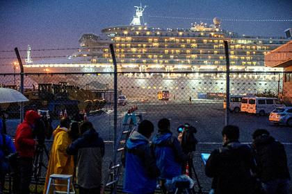Здоровых пассажиров охваченного коронавирусом лайнера в Японии выпустят на берег