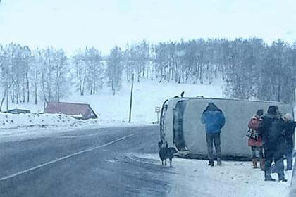 Машина скорой помощи с беременными россиянками перевернулась на трассе