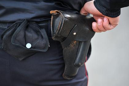Российский полицейский выстрелил собаке в голову и отпинал ее