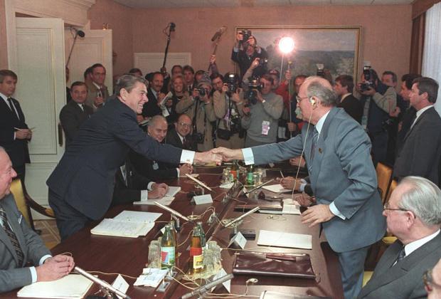 Рональд Рейган и Михаил Горбачев в Женеве, ноябрь 1985 года