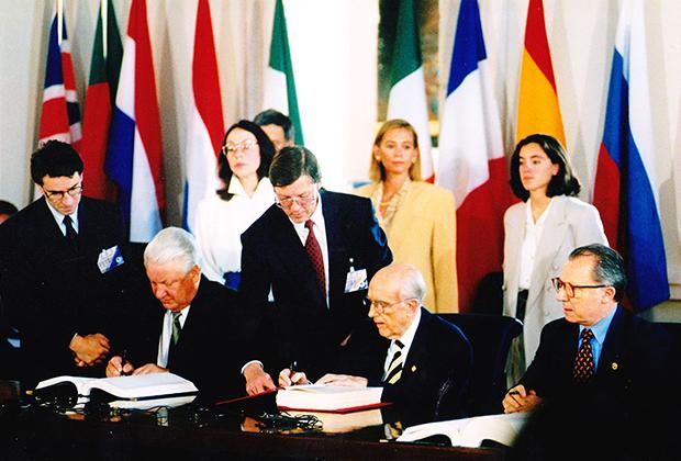 Церемония подписания Соглашения о партнерстве и сотрудничестве между Российской Федерацией и Европейскими сообществами и их государствами-членами. Керкира (Корфу), 24 июня 1994 года.