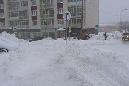 Российские коммунальщики переложили снег от элитных домов к обычным