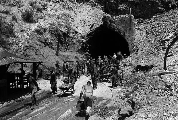 Японские военнопленные разбирают завалы в тоннеле на филиппинском острове Коррехидор