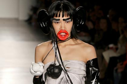 Дизайнер оскорбил темнокожую модель нарядом обезьяны на модном шоу