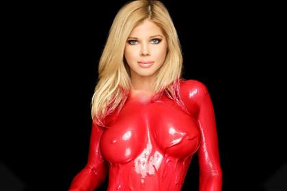 51-летняя модель разделась и облилась краской ради благотворительности