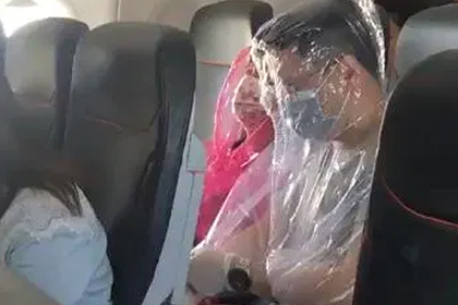 Пассажиры провели полет в пластиковых балахонах ради спасения от коронавируса