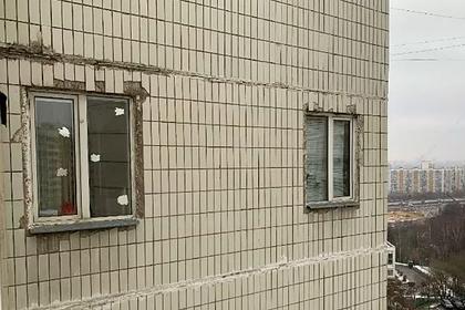 Москвич незаконно прорубил окна в бетонной стене дома