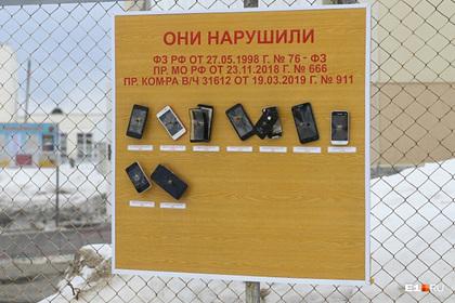 В российской воинской части смартфоны солдат прибили к доске позора