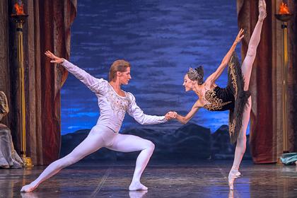 Театр La Classique представит в Москве спектакль «Лебединое озеро»